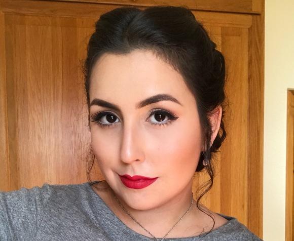 Makeup – Clássico Delineador + Batom Vermelho